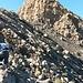 kurz unter dem Krater warten ein paar harmlose Felsen.<br />Hinten der Gipfel. Der Aufstieg führt durch die gut sichtbare Rinne unschwierig hinauf.