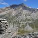 Gipfelsteinmann auf dem Galmenhorn (2846m), dahinter das Stellihorn