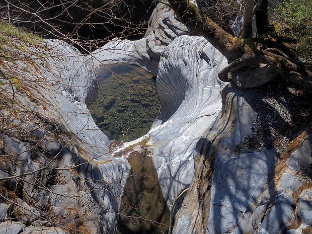 Wassertümpel in der Alpbachschlucht. Leider wird das Wasser der Bergbäche periodisch fast vollständig gefasst und für die Elektrizitätsproduktion verwendet. Hier müsste ein Bergbach durchtosen.