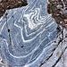 Una magnifica roccia marezzata sul percorso.