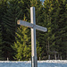"""Das schöne Kreuz auf der Eckhalde. Hier liegt noch Schnee. """"Gott schütze unsere Fluren"""" steht dort: wir sollten ihm dabei helfen."""