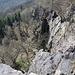 Zvon (Francká hora) - Tiefblick entlang der steilen Felsabbrüche südlich des Gipfels.