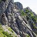der Weg geht in der Mitte vom Bild den Felsen hinauf