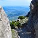 ein Durchgand zwischen zwei Felsen eröffnen wieder den Blick in Rheintal bis zum Bodensee