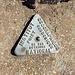 Markierungszeichen am Gipfel.