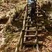 Scaletta in legno per superare un salto di roccia