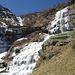 Il gelo ha bloccato ogni cosa e solo con l'arrivo del sole l'acqua riesce a stento a farsi strada tra il ghiaccio delle cascate.