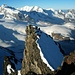 Gipfelaussicht vom Rimpfischhorn (4198,9m) über den Vorgipfel nach Südwesten. Die 4000er von links nach rechts: Signalkuppe / Punta Gnifetti (4554m), Zumsteinspitze (4563m), Nordend (4609m), Dufourspitze (halb versteckt; 4633,9m), Liskamm (Ost 4527m - West 4479m), Castor (4223m), Pollux (4092m), Roccia Nera / Schwarzfluh (4075m) und Breithornzwilling-Ost (4106m), Breithornzwilling-West (4139m) und Breithorn-Mittelgipfel (4159m).