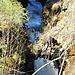das Hindernis erzeugt einen kleinen Wasserfall