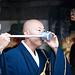 Ein Mönch trinkt Wasser aus der Otowa-no-taki-Quelle unterhalb des Kiyomizu-dera / 清水寺.