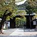 Ein Tor am Kiyomizu-dera / 清水寺. Dahinter befinden sich einige Stelen.