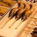 Für ein paar hundert Yen kann man sich frittierten Fisch am Spieß kaufen und an Ort und Stelle verzehren.