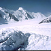 Das Aletschhorn mit Lötschenlücke rechts davon sowie 3 Gletschergeher rechts zum Jungfraujoch.