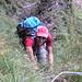 Zaza in einem kombinierten Gras-Leiter-Boulder
