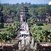 Blick zum Haupteingang des Tempels. Die Touristenmassen strömen.