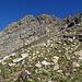 die Rinne ist jetzt nur noch zwischen den beiden Felsbastionen zu erahnen