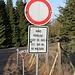 Merkwürdiges Fahrverbot auf freier Strecke kurz vor einer Kreuzung