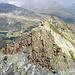 la cresta di collegamento all'anticima settentrionale, vista dalla vetta principale. Sullo sfondo visibili da sinistra a destra i laghi, Nero, Caldera e di Lei.