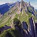 wilde Gebirgsformationen, jetzt geht der Wanderweg unterhalb den Altenalptürm bis zum Steckenbergsattel