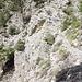 Der Wanderweg quert über mehrere Kilometer steile Felshänge (Steinschlaggefahr).