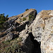 im Bereich der geborstenen Felsblöcke