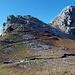 Nach ein paar 100m hat man die Felsbarriere, die den direkten Zugang zum Gipfel versperrt, umgangen, und nähert sich auf einfachen Pfaden (T2) dem Gipfelaufbau.