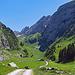Rückblick zur Alp Tesel, von der Alp Tesel sind es noch etwa 300 Höhenmeter Abstieg bis nach Wildhaus, ca. 60 Minuten Gehzeit.