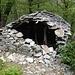 Eine verfallene Hütte direkt bei der Ponte Tibetano Carasc