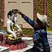 Eine Abkühlung tut auch den Buddha-Statuen gut.