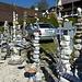 viele Steinskulpturen