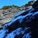 Ruppiges Gelände im z.T. bereits aperen Bibergcouloir: oben rutschiges Geröll, hier vereiste Felsstufen