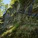 Spektakulär aber unschwierig überwindet der Weg die Felsstufe