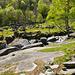 Plattige Felsen säumen den Bach kurz vor Puntid