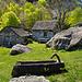 Ein uriger Brunnen ziert das Dorf