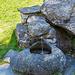 Aus Steinen gebauter Brunnen - wie könnte es anders sein?