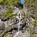 Ein kleiner Wasserfall ergiesst sich über die Seitenwand des Tals