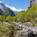 Blick ins Tal hinein. Hier ist der Fiume Calnègia vollständig ausgetrocknet. Interessanterweise wird der Bach weiter oben wieder Wasser führen.