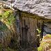 Eingang zu einer der vielen unter den Flühen angelegten Kammern