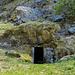 Auch hier gibt es unter Felsen angelegte Kammern...