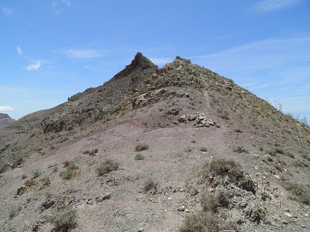 jetzt sieht es fast ein wenig alpin aus, aber der steile Zacken wird mühelos rechts umgangen