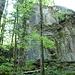 """Der """"Gipfel""""-Block ist sicher 20 m hoch, es hat sogar """"genagelte"""" Kletterrouten drin"""