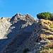 es wird immer steiler und anspruchsvoller, ca. in der Mitte vom Bild quert der Weg von Rechts nach links den Fels-Geröllhang.