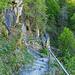 Der Weg über die Felsstufe neben dem Wasserfall von Foroglio