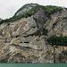 Die ganze Axenegg/-fluh sowie die inmitten der Felswand gebaute Axenstrasse.