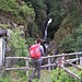 Il ponte sul Riale briè che scende dalla Val di Gei, qui incontriamo la prima delle tante cascate che vederemo oggi.