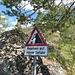 Ich staune nicht schlecht, als ich dieses Strassenschild mitten im Bergsturzgebiet erblicke.