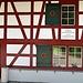 Das Forsthaus auf dem Breitlandenberg. Die Ruine der Burg Breitlandenberg ist gleich hier, in wenigen Schritten in den Wald zu erreichen. Als Ruine nicht sehenswert (kaum was zu sehen), aber die Tafeln mit den historischen Angaben dazu sind spannend zu lesen.