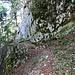 Rückblick auf das abgerutschte Teilstück, die Kette am Felsen hilft beim Passieren