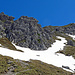 der Weg geht über dieses steile Schneefeld hinauf, weil ich meine Kletterfähigkeiten wieder einmal auffrischen wollte, habe ich mir vorgenommen, den vor mir liegenden Felsen durch die Felsrinne zu besteigen.