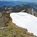 eine riesige Schneewechte liegt noch auf dem Wanderweg, ca. 250 cm hoch.